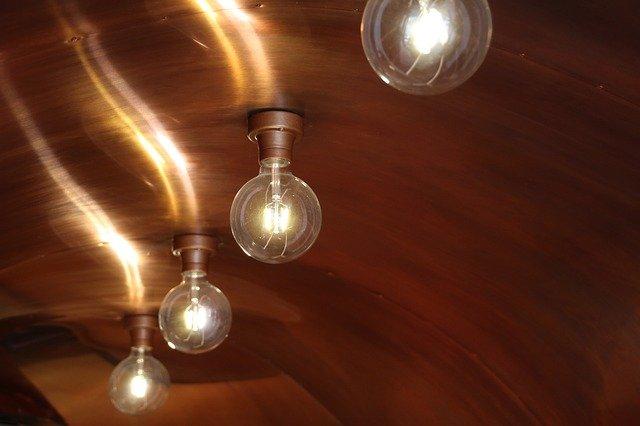 žárovky na stropě