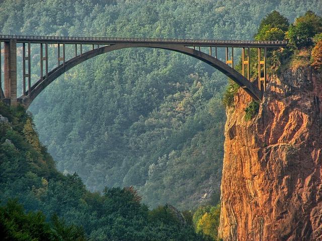 most nad propastí
