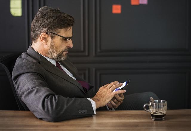 muž v obleku u kávy