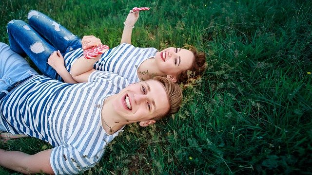 pár v trávě