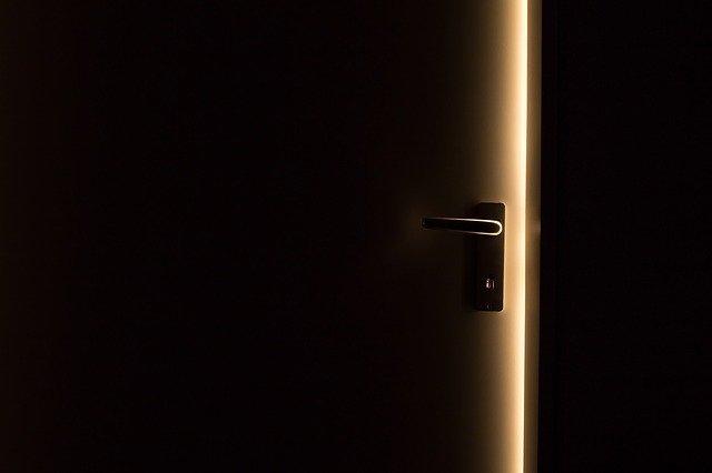 pootevřené plastové dveře